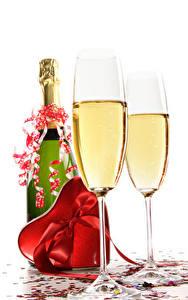 Фотография Игристое вино День святого Валентина Белый фон Бутылка Бокалы Сердце Подарки Бантик Пища
