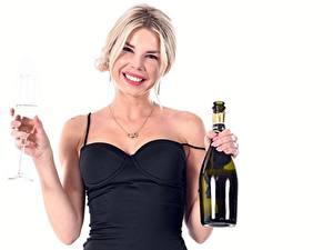 Фотография Шампанское Белым фоном Бутылки Бокал Улыбается Блондинка Девушки