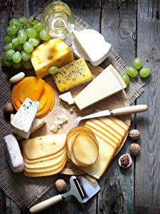 Фотография Сыры Виноград Орехи Доски Разделочная доска Нарезанные продукты Пища