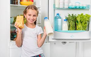 Фотографии Сыры Молоко Девочки Улыбка Бутылка Холодильник Дети