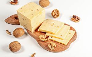 Фото Сыры Грецкий орех Сером фоне Разделочной доске Куб Пища