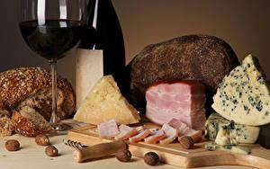 Обои Сыры Вино Хлеб Ветчина Орехи Разделочной доске Бокалы Продукты питания