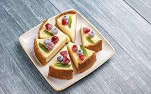 Фотография Чизкейк Десерт Ягоды Малина Черника Кусочки Тарелке Еда