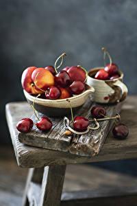 Обои для рабочего стола Черешня Персики Доски Размытый фон Продукты питания