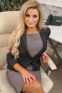 Фотографии Chloe Welsh Секретарша Блондинки Смотрит Рука Сидящие Кресло девушка