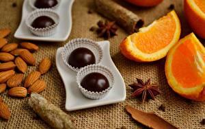 Фотография Шоколад Конфеты Апельсин Орехи Вблизи Продукты питания