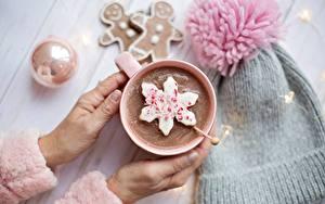 Фотографии Шоколад Горячий шоколад Руки Кружка Размытый фон Шапка Звездочки