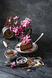 Картинка Шоколад Пирожное Цветущие деревья Доски Ветка Лепестков Продукты питания