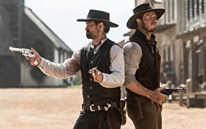 Фотография Крис Прэтт Пистолеты Мужчины Ковбой Двое Шляпа Револьвер Magnificent seven 2016 Кино Знаменитости