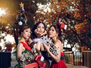 Картинки Новый год Азиаты Шатенка Трое 3 Размытый фон Девушки