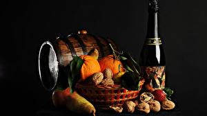 Фото Рождество Бочка Игристое вино Орехи Груши Апельсин На черном фоне Бутылки Еда