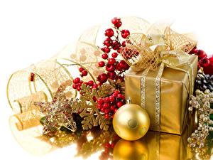 Картинка Рождество Ягоды Подарок Шар Звездочки Снежинка Золотые