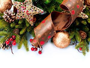 Фото Новый год Ягоды Белый фон Ветки Шарики Звездочки Лента
