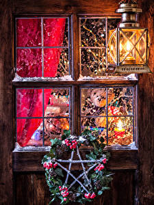 Обои Рождество Ягоды Окно Уличные фонари На ветке Шишка