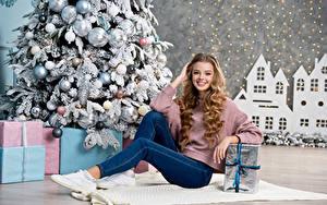 Картинки Рождество Блондинок Улыбка Джинсы Подарок Новогодняя ёлка Шарики Красивые Девушки