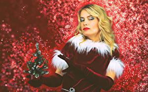 Фотография Рождество Блондинка Униформа Новогодняя ёлка Перчатки Смотрит