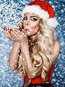 Картинка Рождество Блондинки Шапка Смотрит Снега Рука девушка