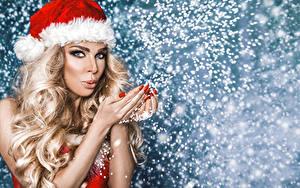 Картинки Новый год Блондинка Шапки Волосы Руки Взгляд Маникюр Снежинки Девушки