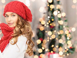 Обои Рождество Блондинка Шапки Шарф Смотрит Девушки