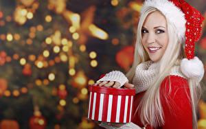 Фотографии Новый год Блондинка Шапки Улыбка Взгляд Подарки