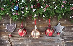 Обои Рождество Ветки Шарики Звездочки Сердечко