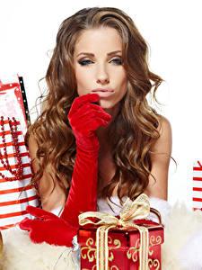 Картинка Рождество Шатенка Смотрит Подарки Перчатки Девушки