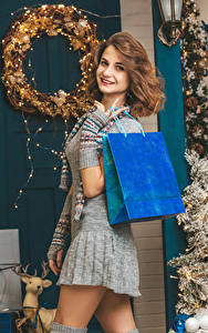 Фотография Рождество Шатенки Улыбка Смотрит Подарок Платья молодые женщины