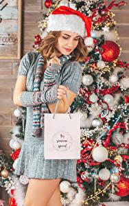 Фотография Рождество Шатенка Шапка Елка Подарков Платья Шарики молодые женщины