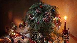 Фото Новый год Свечи Ягоды Сладости Натюрморт Ветки Шар Шишки Продукты питания