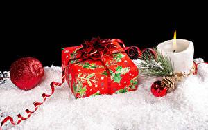 Фотография Новый год Свечи На черном фоне Подарок Шарики Снеге Шишка