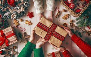 Фотографии Рождество Свечи Корица Печенье Подарки Руки Звездочки