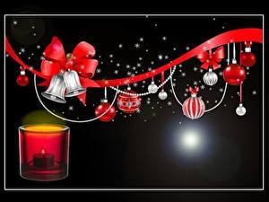 Фотография Рождество Свечи Огонь Бантики Черный фон Колокольчики Лента Шарики