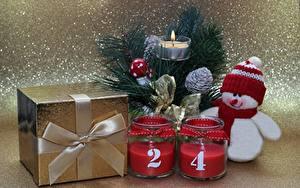 Обои Новый год Свечи Пламя Подарки Снеговики Шапки Бантик