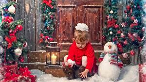 Картинка Новый год Свечи Девочки Снеговики Шарики Снег Сидит Бантик Дети