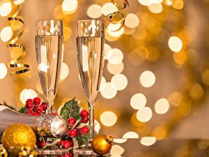 Фотография Рождество Игристое вино Ягоды Бокалы 2 Шар Пища