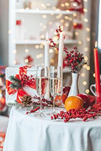 Фотографии Рождество Шампанское Апельсин Ягоды Свечи Вдвоем Бокалы Подарки Ветки Пища
