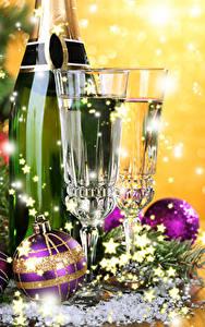 Фотография Новый год Игристое вино Бокал Двое Шарики Бутылка Еда