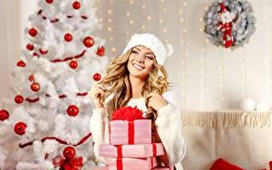 Фотография Новый год Елка Шарики Коробка Подарки Блондинка Улыбка Свитер Шапки