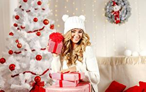 Картинки Новый год Новогодняя ёлка Подарков Коробка Шарики Блондинок Шапки молодые женщины