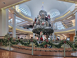 Обои Новый год Елка Дед Мороз Гирлянда Забор Ветки