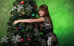Картинки Рождество Новогодняя ёлка Снежинки Шар Шатенка Улыбка