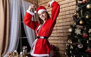 Фото Рождество Новогодняя ёлка В шапке Униформа Улыбка девушка