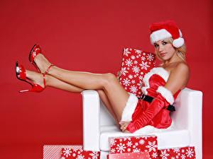 Фотографии Рождество Униформе Шапка Ноги Туфли Подарок Красный фон Девушки