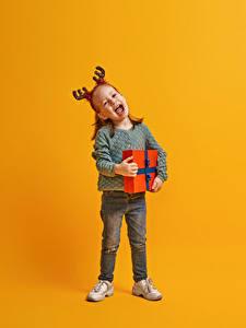 Фотографии Рождество Цветной фон Девочки Подарки Радостный Рога Дети