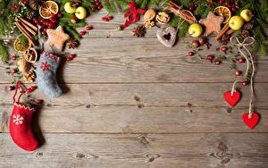 Обои Новый год Печенье Яблоки Бадьян звезда аниса Ягоды Орехи Доски Ветки Сапоги Сердечко Шишка