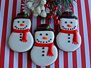 Фотографии Новый год Печенье Снеговики Трое 3 Еда