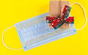 Обои Новый год Коронавирус Маски Цветной фон Подарок Бантики Снежинка