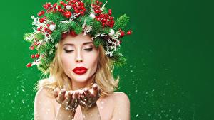 Фотографии Рождество Оригинальные Ягоды Цветной фон Блондинки Ветвь Рука Красными губами