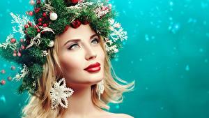 Фотография Рождество Креативные Блондинка Смотрят Ветка Шарики Красными губами Косметика на лице Модель Лица