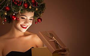 Фотографии Новый год Креатив Цветной фон Лицо Улыбка Красные губы Подарки Ветки Шарики Девушки
